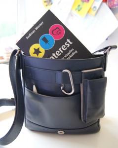 Frau trägt Buch! Handtasche - Taschenbuch - Buch - Tasche