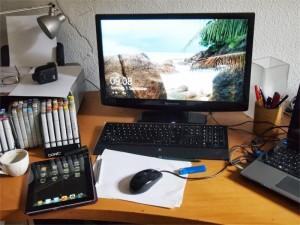 Schreibtisch des Autors mit PC und Stiften